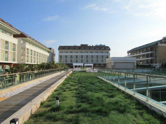 Trendy Verbena Beach Hotel: Sicht von der Dachterrasse auf das Hauptgebäude