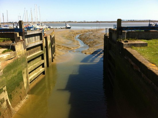 Heybridge Basin: Low water
