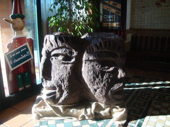Etruscan Chocohotel: köpfe aus schokolade