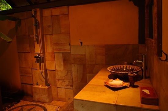Puri Mangga Sea View Resort & Spa : salle de bain lumbung room