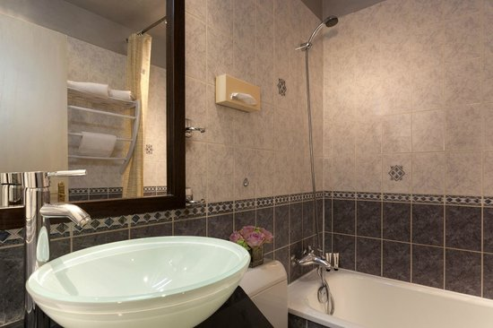 Hotel Saint Paul Le Marais: A bathroom