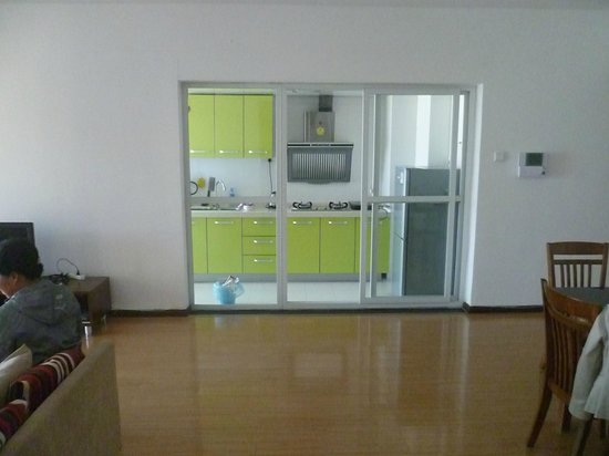IC Holiday Shun Cheng Serviced Apartments : View on the kitchen from living room. You can close doors