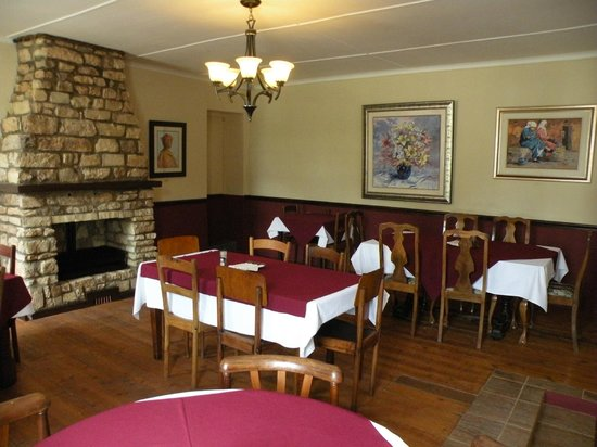 The Historic Pig & Whistle Hotel: View of dining room with new settler fireplace
