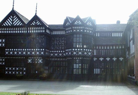 Bramhall, UK: Bramall Hall from the courtyard