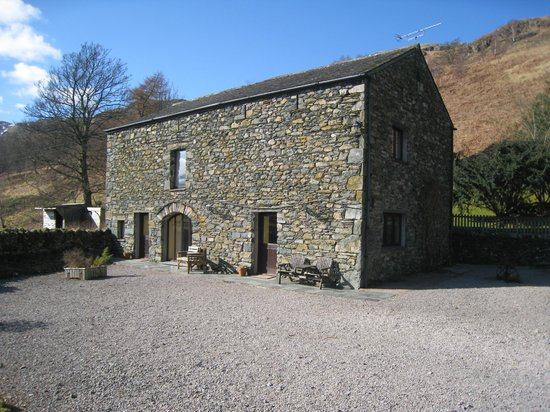 Brackenrigg Holiday Cottages: Brocklebeck (L)and Bleaberry (R) cottages with rear of the Sett above them