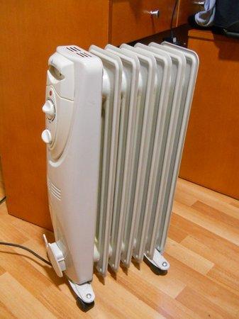 """Hotel GIT Casablanca: Radiador para """"ayudar"""" a la calefacción"""