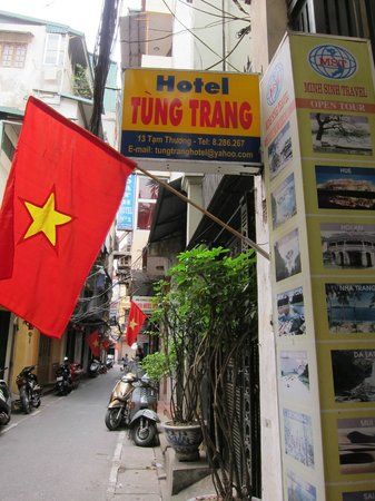 Tung Trang Hotel: alley way to the hotel