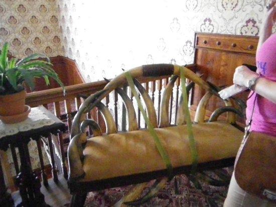 un canap fait maison avec des cornes de vache. Black Bedroom Furniture Sets. Home Design Ideas
