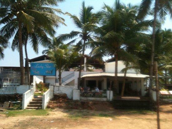 Lucky Star Hotel: Отель с пляжа
