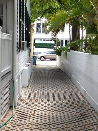 Casa 325 : Narrow Driveway!