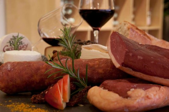 Chez Marie Bistrot-Boutique: Una buen copa de vino con una selección de embutido que nos aconsejaron los del restaurante.