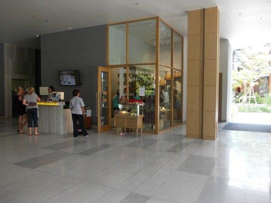 Holiday Inn Express Phuket Patong Beach Central: lobby shop
