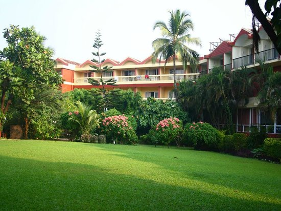 Majorda Beach Resort: Resort property - view from the pool side lawn