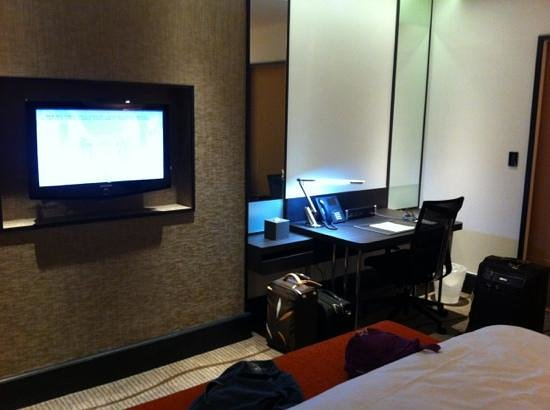 ‪‪Sama-Sama Hotel KL International Airport‬: tv and work area, with up to date av connections and universal sockets‬
