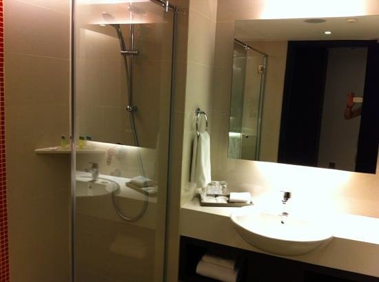 Sama-Sama Hotel KL International Airport: nice bathroom with decent shower