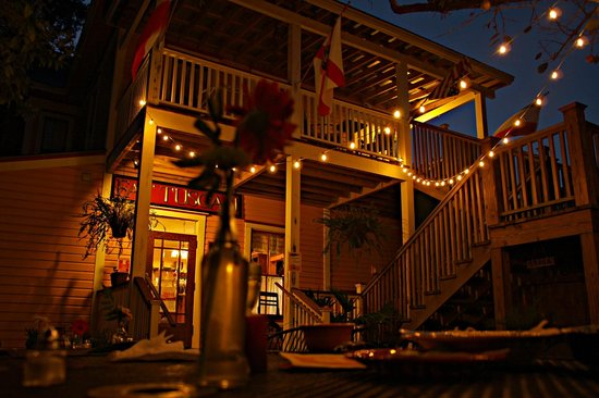 The Fat Tuscan: Night time Ambiance in the Courtyard.