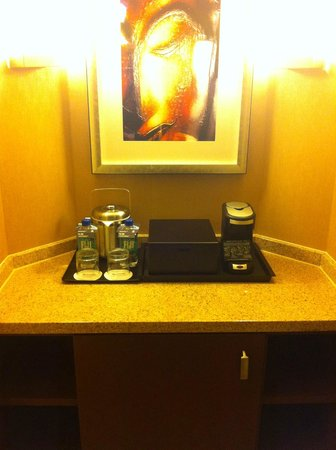 Dallas Marriott City Center: Fridge & In room coffee maker
