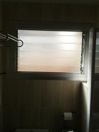Hotel Alisios Canteras: ventana del baño