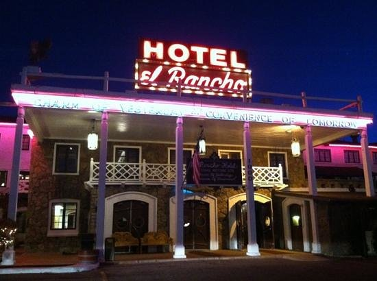 El Rancho Hotel & Motel: glowing welcome from the road