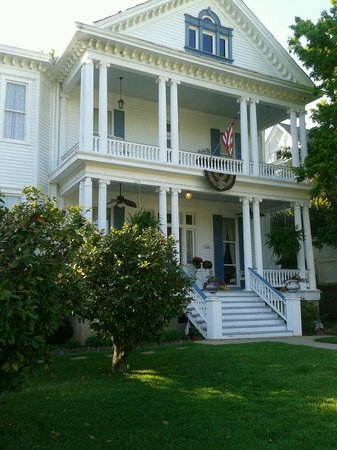 Bisland House Bed and Breakfast: Guests are welcome to sit on the upper or lower porch...lovely