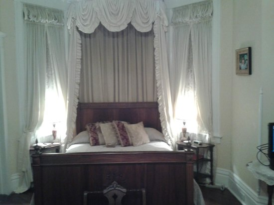 Bisland House Bed and Breakfast : Bed alcove...room is very large