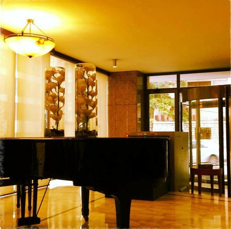 Radisson Blu Martinez Hotel, Beirut: Piano in the entrance