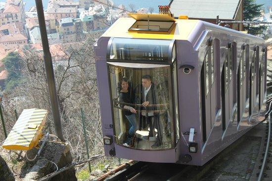 Funicolare Como-Brunate : Passing train going up