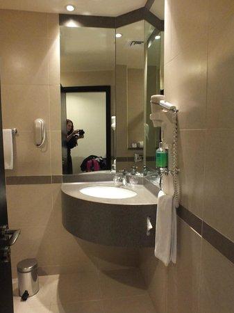 Holiday Inn Express Dubai Jumeirah: bathroom