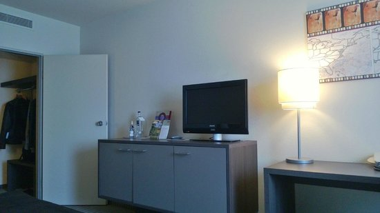 Mercure Airport Hotel Berlin Tegel: All the movies were dubbed in German, quite funny actually.