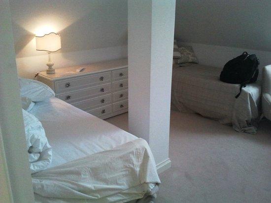 Dwor Oliwski Hotel: Pokój z niewygodnymi łóżkami i skosami, o które pare razy głową uderzyłem