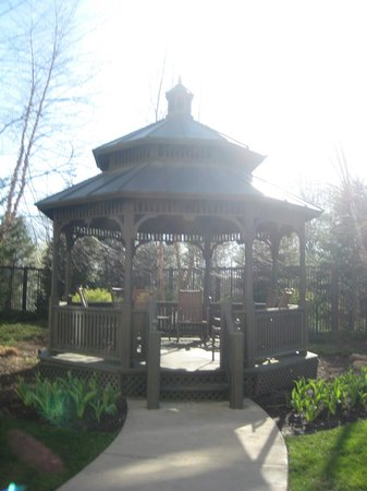 Courtyard by Marriott Middletown: Courtyard - gazebo