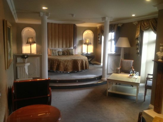 Lake Hotel : Large view of bed area.