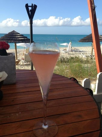Seven Stars Resort & Spa: Drinks at the bar along the ocean