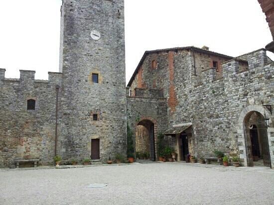 Castello di Modanella: ingresso dalla corte