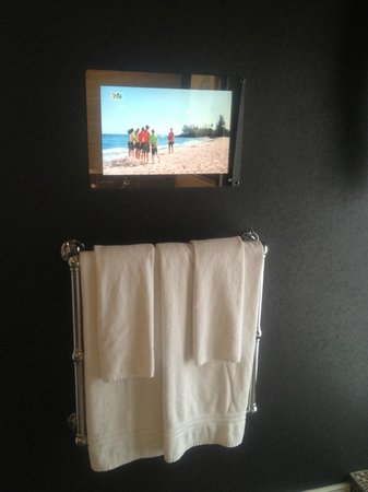 Lake Hotel: TV in bathroom across from jacuzzi bath!