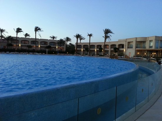 Cleopatra Luxury Resort Sharm El Sheikh: pool view at night