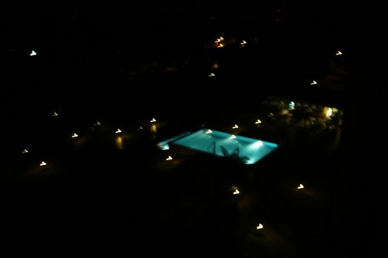 Mount Meru Hotel: The pool at night as seen from the upper rooms