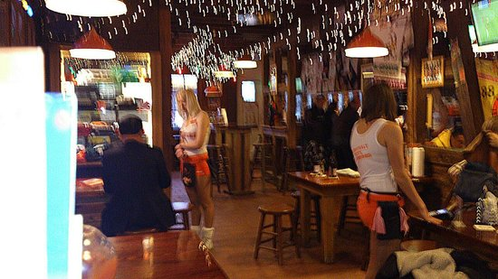 Hooters Interlaken: атмосфе́ра