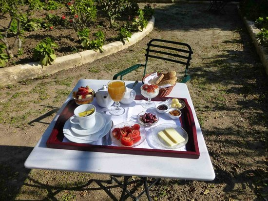 Hotel Archontiko Angelou: Breakfast table at Archontiko