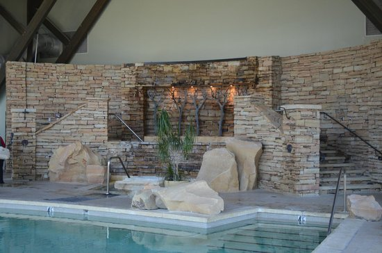 The Lodge at Woodloch: Indoor pool with waterfalls (hydra massage)