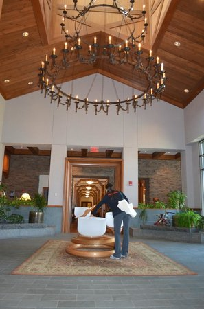 The Lodge at Woodloch: Lobby with crystal Chakra bowls