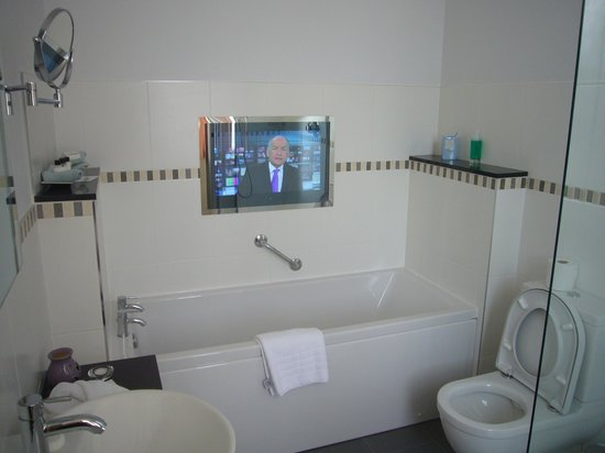 Judges Country House Hotel: Bathroom TV