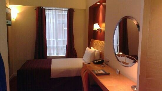 Holiday Inn London - Kensington: Small but really comfy single room