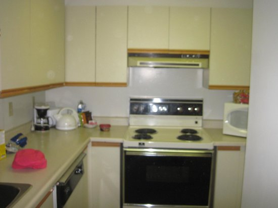 Les Suites Hotel Ottawa: outdated kitchen