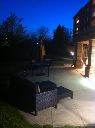 Courtyard Cleveland Airport South: outdoor patio
