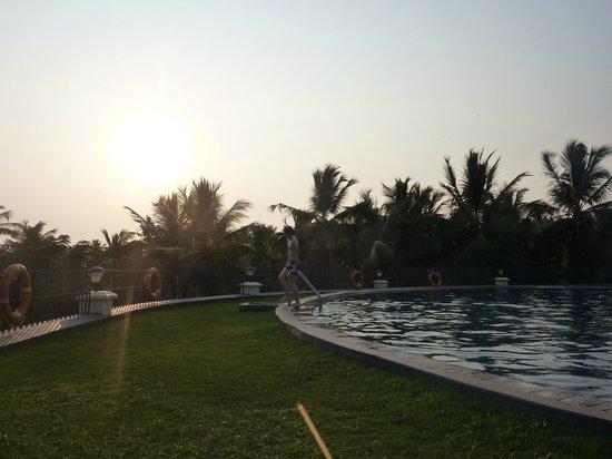 The Gateway Hotel Janardhanapuram Varkala: Atardeciendo en la psicina