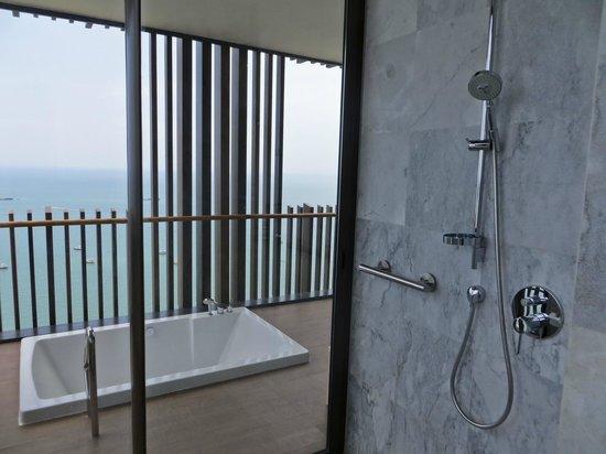 Hilton Pattaya: Shower and balcony spa