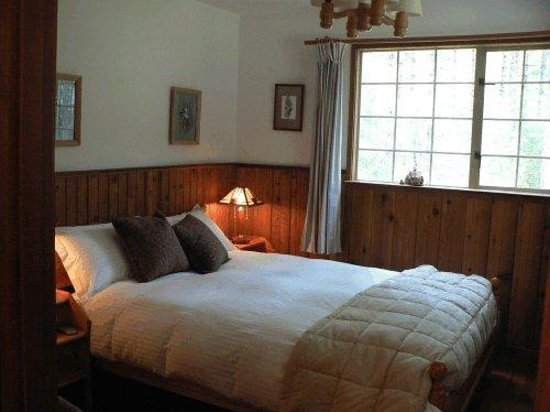 Cedar Song B&B and Cottage: Hummingbird Suite