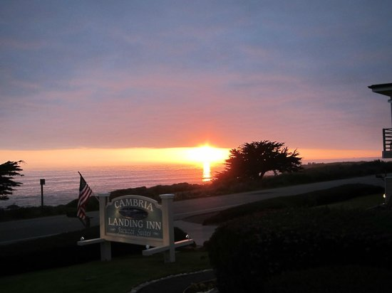 Cambria Landing Inn & Suites: Sunset from room's patio.