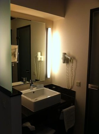 Steigenberger Hotel Dortmund: Sink outside the bathroom
